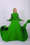 Schöne Frau im grünen Kleid Stockbilder