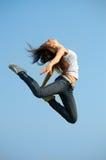 Schöne Frau im gymnastischen Sprung lizenzfreies stockbild