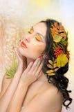 Schöne Frau im Herbstbild. Schönes kreatives Make-up lizenzfreies stockfoto