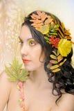 Schöne Frau im Herbstbild. Schönes kreatives Make-up lizenzfreies stockbild