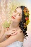 Schöne Frau im Herbstbild. Schönes kreatives Make-up stockfotos