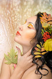 Schöne Frau im Herbstbild. Schönes kreatives Make-up stockfotografie
