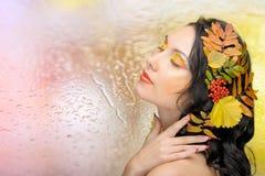 Schöne Frau im Herbstbild. Schönes kreatives Make-up Stockfoto