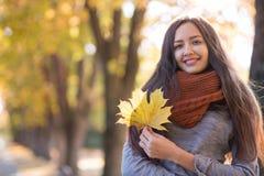 Schöne Frau im Herbstpark stockfoto