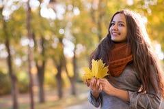 Schöne Frau im Herbstpark stockfotografie