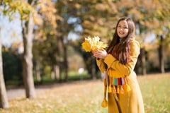 Schöne Frau im Herbstpark lizenzfreies stockfoto