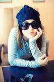 Schöne Frau im Hut und in den Sonnenbrillen Stockfotos