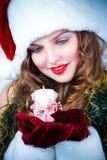 Schöne Frau im Hut von Sankt mit einer Kerze Lizenzfreie Stockbilder