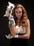 Schöne Frau im Kleid, das eine Schablone anhält Lizenzfreies Stockbild