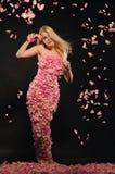 Schöne Frau im Kleid der rosafarbenen Blumenblätter Lizenzfreie Stockfotos