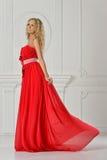 Schöne Frau im langen roten Kleid. Lizenzfreie Stockfotos