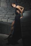 Schöne Frau im langen schwarzen Kleid Lizenzfreie Stockfotografie