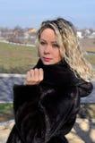 Frau im Luxuspelz-Mantel Stockfotos