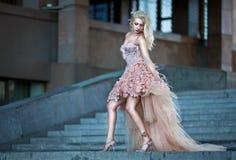 Schöne Frau im Luxuxhochzeitskleid Stockfotografie