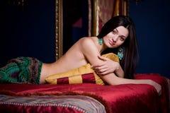Schöne Frau im Luxuxschlafzimmer Stockfoto