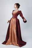 Schöne Frau im mittelalterlichen Kleid Stockbilder