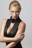 Schöne Frau im reizvollen Kleid mit der Hand auf dem Arm Lizenzfreie Stockbilder
