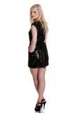 Schöne Frau im reizvollen schwarzen Kleid Stockbild