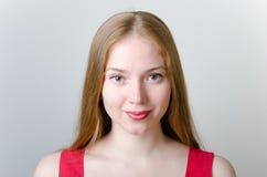 Schöne Frau im Rot Stockbilder