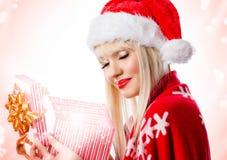 Schöne Frau im roten Hut mit geöffneter Geschenkbox Stockfotografie