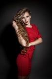 Schöne Frau im roten Kleid Stockbild