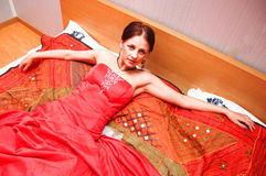 Schöne Frau im roten Kleid stockbilder