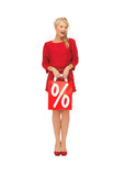 Schöne Frau im roten Kleid mit Einkaufstasche Stockbild