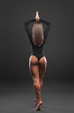 Schöne Frau im schwarzen Bikini lizenzfreie stockfotografie