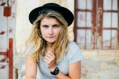 Schöne Frau im schwarzen Hut Lizenzfreie Stockfotos