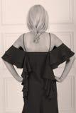 Schöne Frau im schwarzen Kleid Stockfotografie