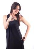 Schöne Frau im schwarzen Kleid, glücklich. Getrennt lizenzfreie stockfotografie
