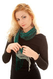 Schöne Frau im schwarzen Kleid mit Schal Stockfotografie