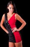 Schöne Frau im schwarzen und roten Kleid Stockbild