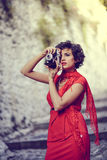 Schöne Frau im städtischen Hintergrund Abbildung der roten Lilie Stockbilder