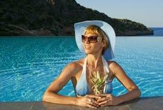 Schöne Frau im Swimmingpool nahe Küste Lizenzfreies Stockbild