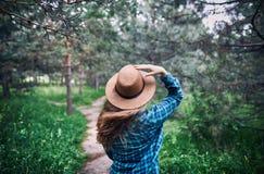 Schöne Frau im Wald Stockbilder