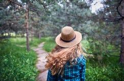 Schöne Frau im Wald Lizenzfreies Stockfoto