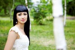Schöne Frau im weißen Kleid Lizenzfreies Stockbild