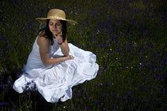 Schöne Frau im weißen Kleid Lizenzfreie Stockfotografie