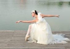Schöne Frau im weißen Kleid des Brauttanzes lizenzfreies stockfoto