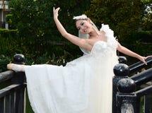 Schöne Frau im weißen Kleid des Brauttanzes stockfoto