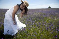 Schöne Frau im weißen Kleid draußen Lizenzfreies Stockbild