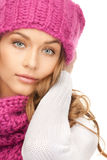 Schöne Frau im Winterhut Stockfoto