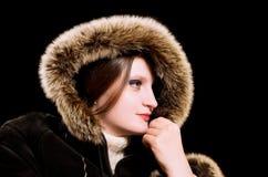 Schöne Frau im Winterpelzmantel Stockfotos