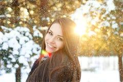 Schöne Frau im Winterwald lizenzfreies stockbild