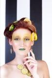 Schöne Frau im Zitrone-Kalk Stockbilder