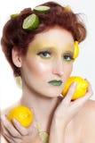 Schöne Frau im Zitrone-Kalk Stockfotos