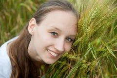 Schöne Frau lächelt auf dem Gebiet Lizenzfreie Stockfotos