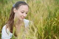 Schöne Frau lächelt auf dem Gebiet Lizenzfreies Stockfoto