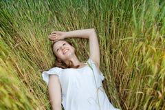 Schöne Frau lächelt auf dem Gebiet Stockfotos